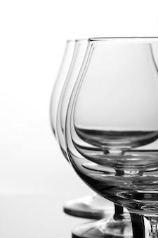 Три пустых стакана для коньяка