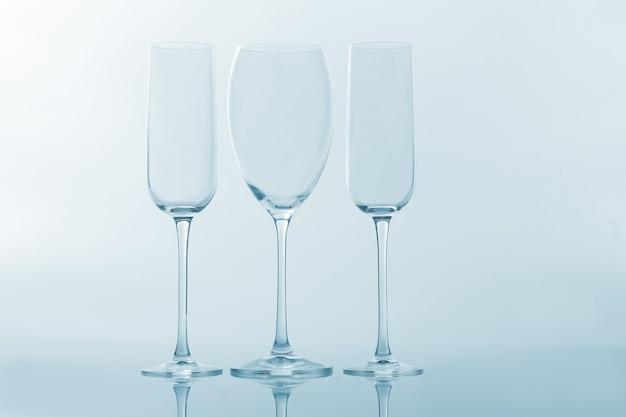明るい表面に3つの空のワイングラス