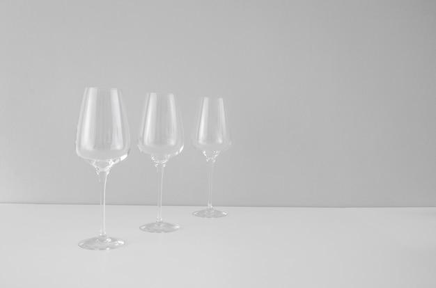흰색 바탕에 빈 와인 잔 3개
