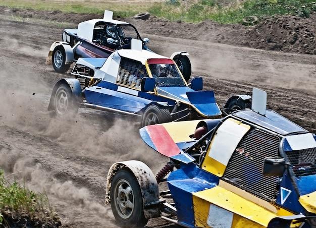 クイックスタートの3台の極端なオフロード自動車
