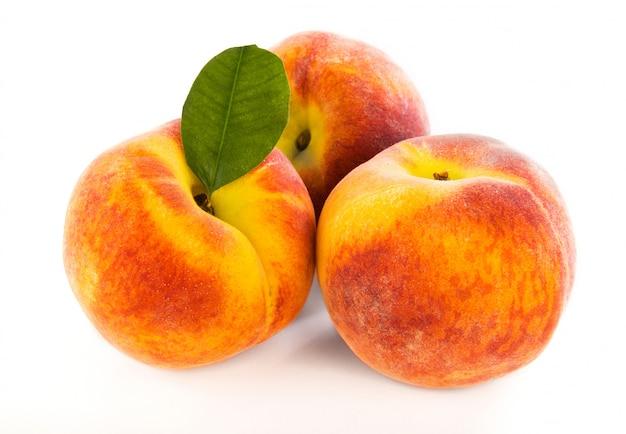 分離された3つの新鮮な桃