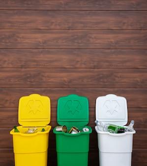 裏庭のゴミを分別するための3つの完全なゴミ箱