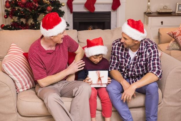 クリスマスを祝う3世代の家族