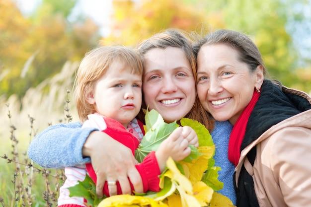 Три поколения женщин осенью