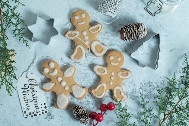 Biscotto di tre pan di zenzero su bianco. decorazioni natalizie.