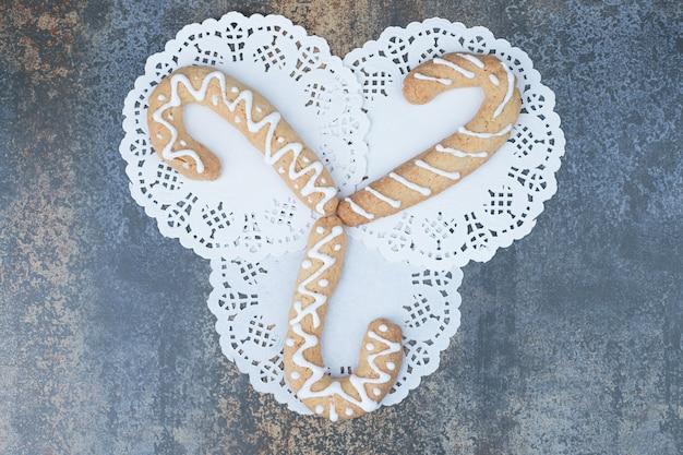 大理石の背景に3つのジンジャーブレッドクッキー。高品質の写真