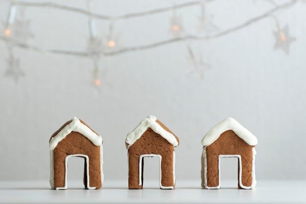 茶碗用の3つのジンジャーブレッドハウス。クリスマスのベーキング。