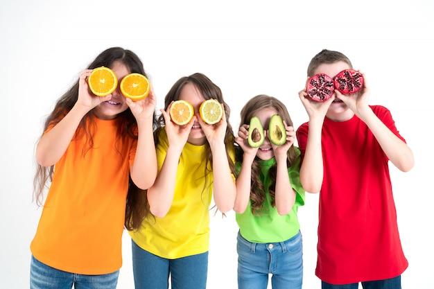 3人の女の子と男の子が果物をメガネとして使用