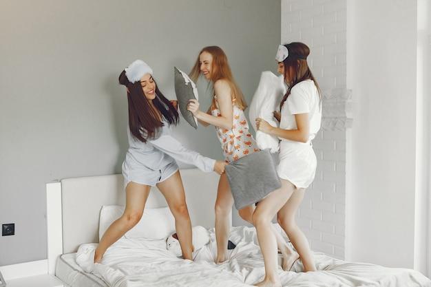 세 여자는 집에서 잠옷 파티를