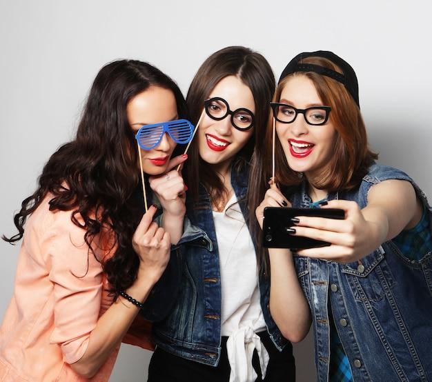 偽のメガネで自分撮りをしている3人の女の子