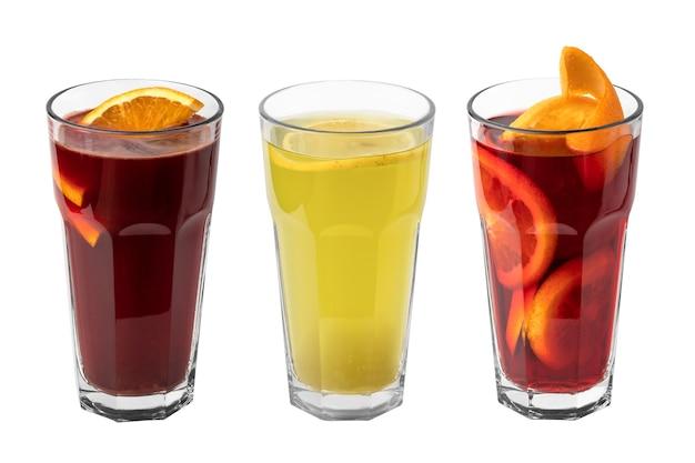 흰색 배경에 분리된 얇게 썬 오렌지와 함께 빨간색과 노란색의 상쾌한 겨울 음료 또는 멀드 와인 3잔
