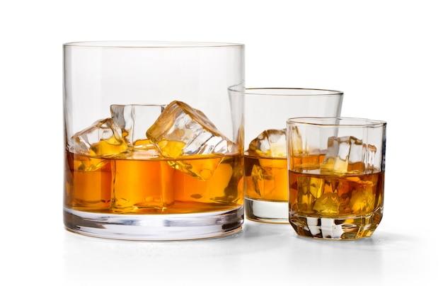 Три стакана виски, изолированные на белом фоне