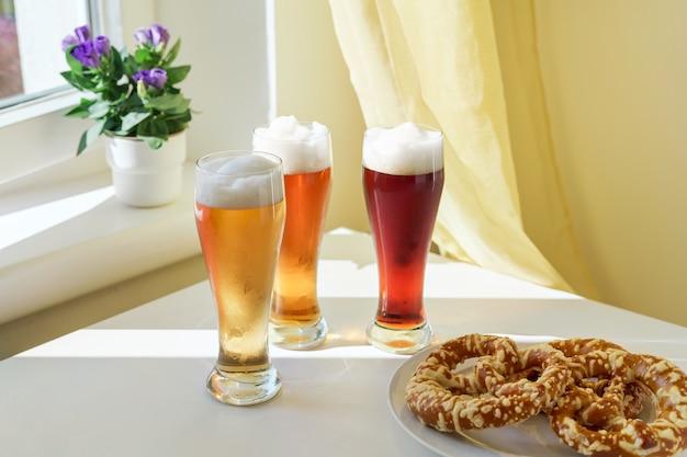 테이블에 다른 종류의 맥주와 함께 세 잔