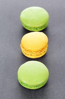 キッチンの3つの緑と黄色のマカロン