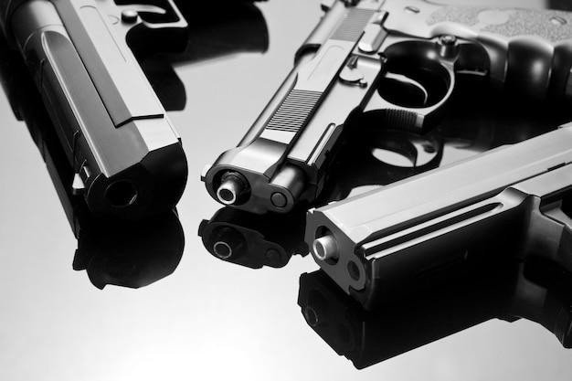 3丁の拳銃。ベレッタ92、デザートイーグル、m23ダブルイーグル