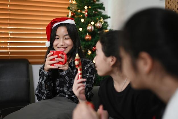거실에서 크리스마스 이브를 축하하는 세 명의 행복한 아이들.