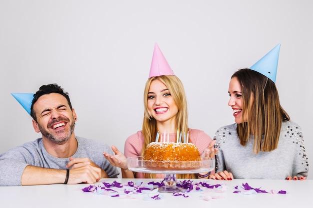 Три счастливых друга, отмечающих день рождения