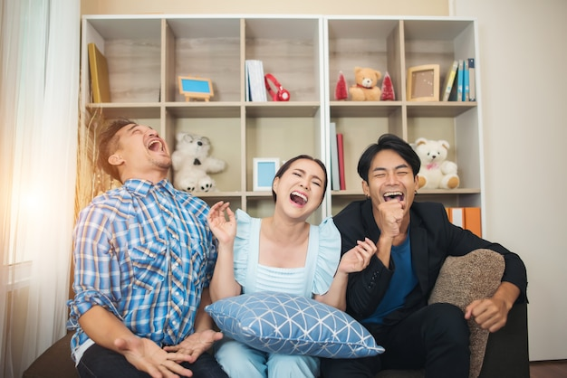 농담 이야기를보고 세 행복 친구 이야기와 큰 웃음