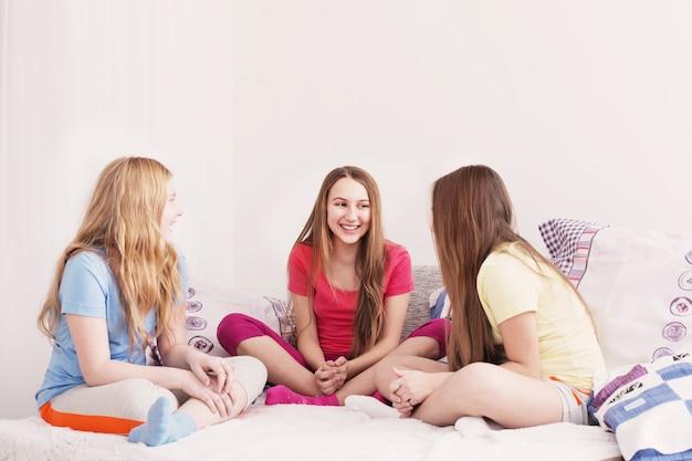 Три счастливые девушки дома