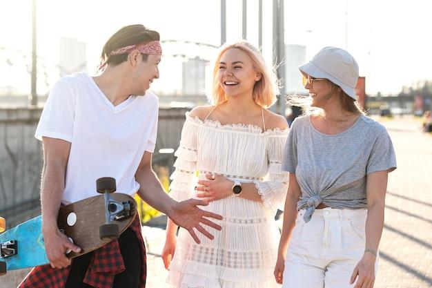 街を歩いている3人の幸せな10代の友人