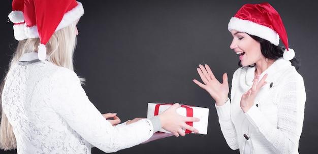サンタクロースの衣装を着た3人の幸せな少女