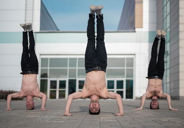 Три хип-хоп артиста стоят на голове