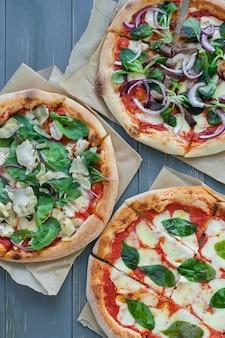 Три горячие пиццы на столе