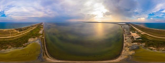 暑い夏の晴れた日の湖と海岸沿いの田園地帯の360度のパノラマ