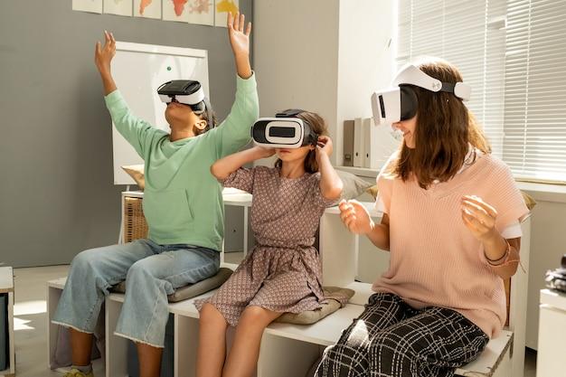 仮想プレゼンテーションを見ている3人の異文化間の女子学生