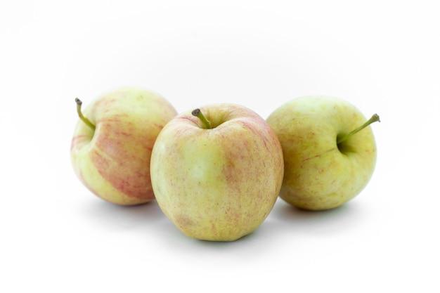 Три изолированных яблока на белом фоне
