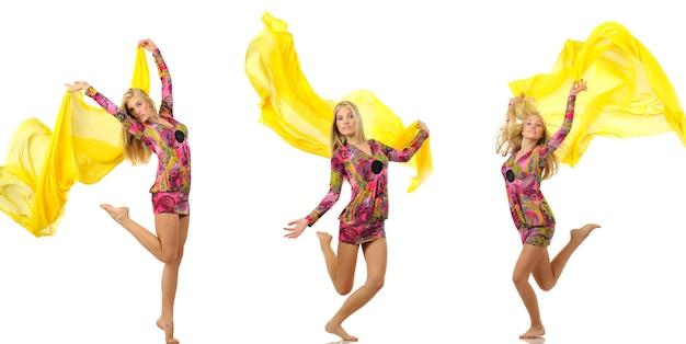 노란 실크 천으로 춤을 추는 세 명의 고립된 금발 여성