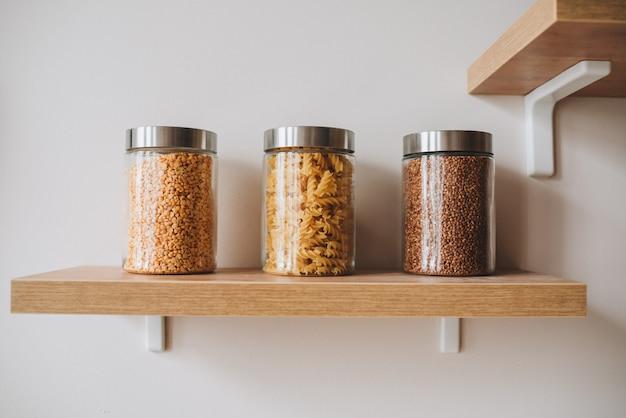 健康食品として棚にパスタ、ブルガー、ソバの3つの瓶