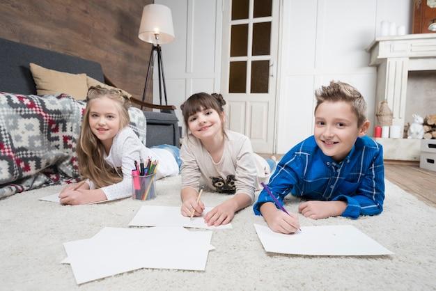 3人の子供が宿題をしています