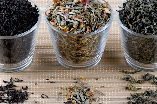 Три вида сухого чая в бокалах