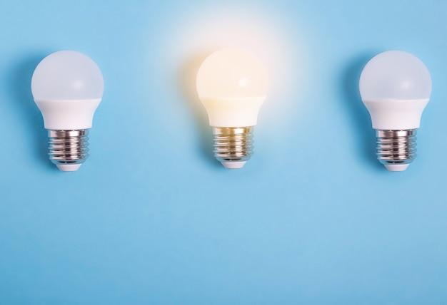 세 개의 led 전구, 하나의 전구가 평평하게 켜져 있습니다.
