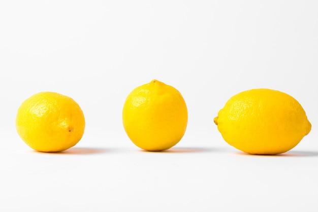 절연 행에 3 개의 레몬