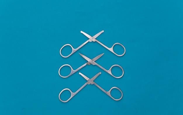 파란색에 세 매니큐어가 위. 뷰티 개념. 손톱 손질