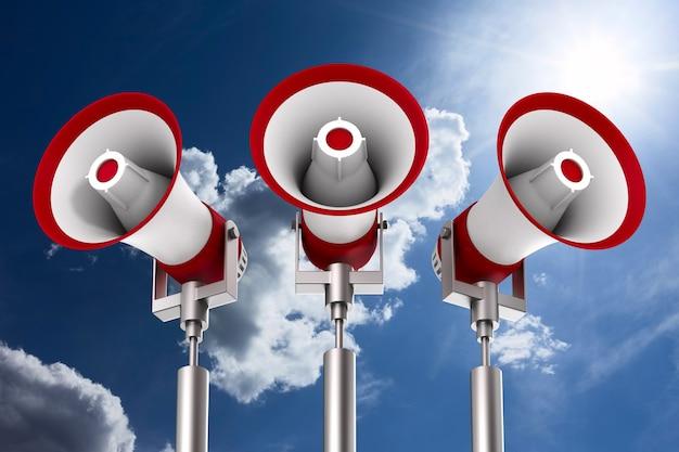 Три мегафона на фоне неба. изолированные 3d иллюстрации