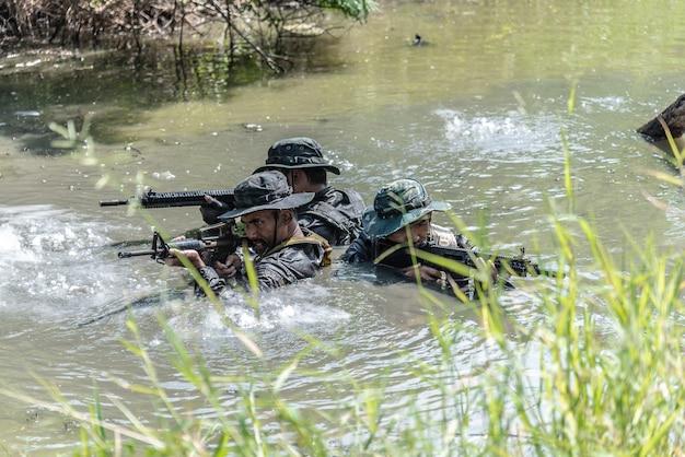 세 명의 장교가 물에서 일어나 적을 공격했습니다.