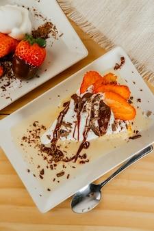 チョコレートシロップといくつかのイチゴの3つのミルクケーキ