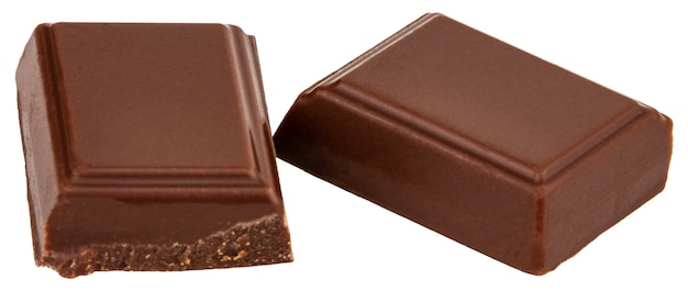 Три кусочка молочного шоколада, изолированные на белом фоне.