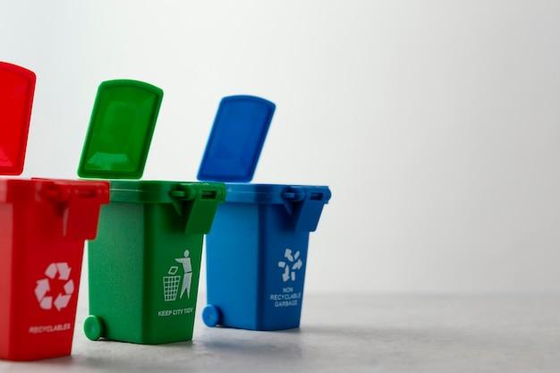 Tre contenitori per il riciclaggio in miniatura