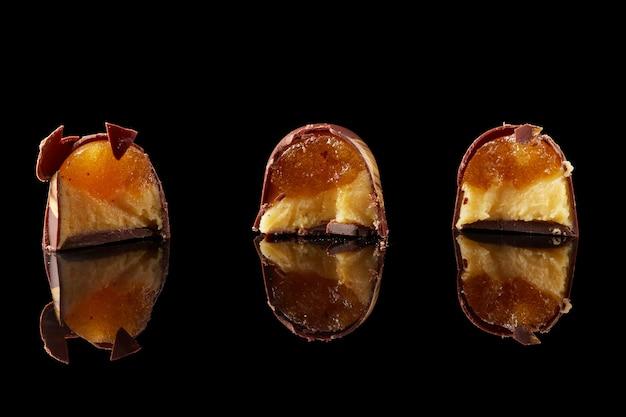 のコンテキストで3つのマルチカラーキャンディー