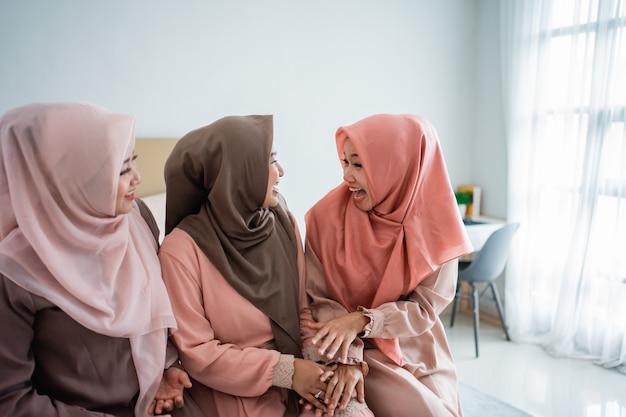 Три мусульманки болтали, сидя на кровати
