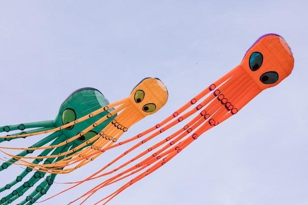 空に3つのタコの形をした凧。凧まつり。希釈の概念。