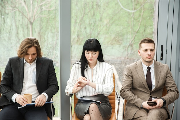 Трое офисных работников ждут встречи