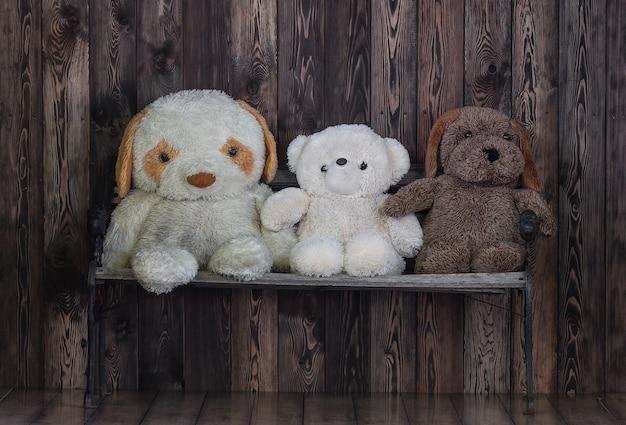 Три старых чучела медведя на деревянном фоне