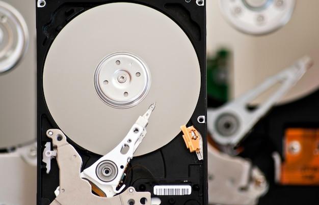 흰색 배경에 고립 된 3 개의 열린된 하드 드라이브