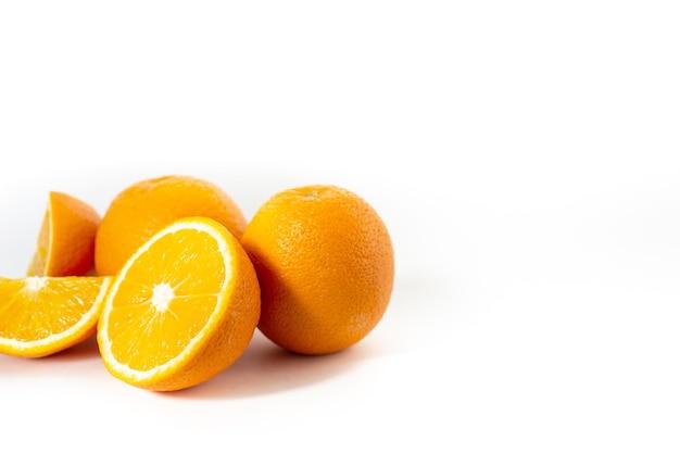 Три апельсина на белом фоне один разрезать на три части