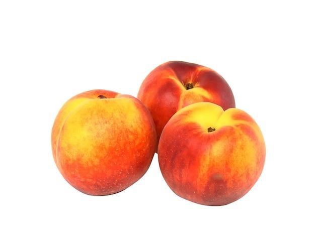 白の上の3つの桃。白の上に分離